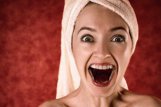 Sen o ruszających się zębach
