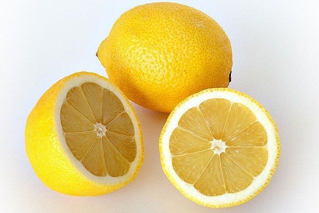 Włóż sok z cytryny do mikrofali