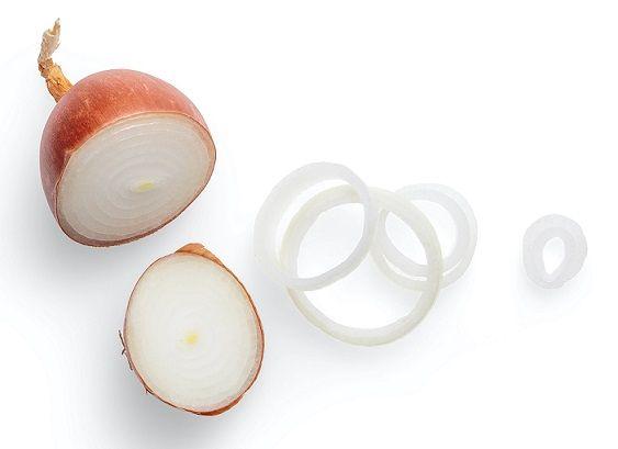 Przekrojona połowa cebuli traci smak