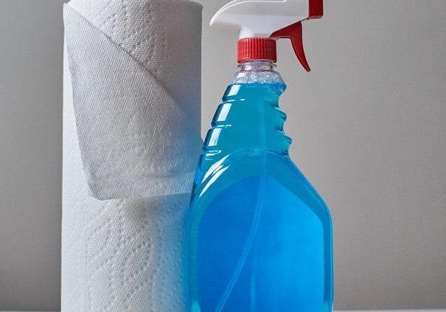 Wycierasz meble ręcznikiem papierowym