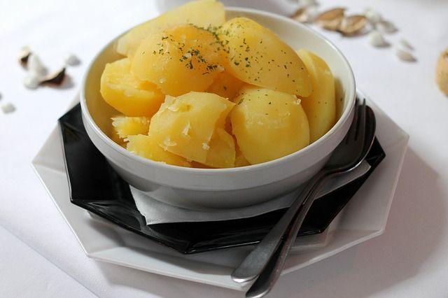 Do jakiej wody powinno się wrzucać ziemniaki